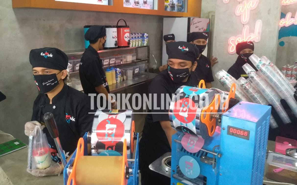 """Gerai Teguk.In Store baru yang terletak di Jalan Pondok Pinang Raya Kebayoran lama, Jakarta Selatan ini menandai perjalanan dua tahun Teguk Indonesia sekaligus rebranding dengan tagline terbaru """"Temani Harimu dalam Tiap Rasa"""". Gerai dengan luas 6 x 8m ini cukup representatif mewakili passion milenial. Para pengunjung wajib menerapkan protokol 4M yaitu: Memakai masker, mengukur suhu, mencuci tangan dan menjaga jarak Foto: TOPIK/Adang"""